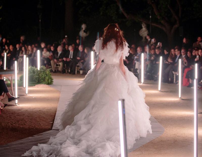 Los Titan Tube de Astera desfilan en la Valmont Barcelona Bridal Fashion Week de la mano de Juanjo Saunier